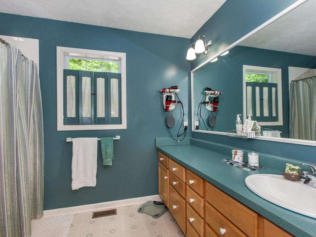16-Daniel-Ln-Black-Mountain-NC-022-35-Master-Bath-MLS_Size