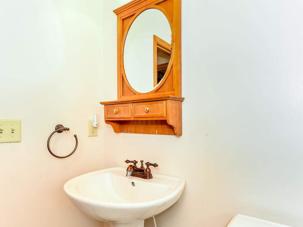 699-N-Oconeechee-Ave-Black-023-23-Bathroom-MLS_Size